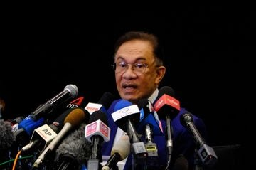Anwar Ibrahim News Conference After Audience with King